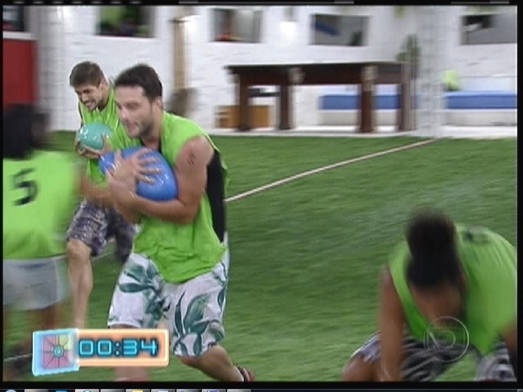 Participantes levam bolas de água, que estavam em piscina com gel, para canaletas (12/1/2012)
