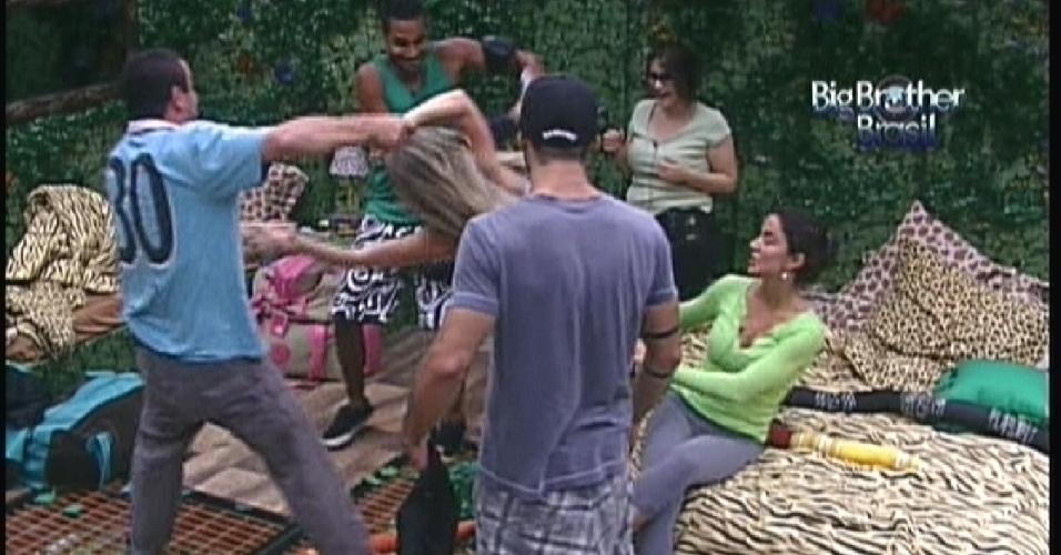 Rafa (azul) e Daniel (verde) brincam de balança-caixão com Renata (12/1/2012)