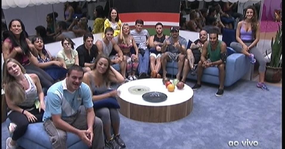 Reunidos na sala, os 16 brothers conversam com Bial antes do início da primeira prova do líder (12/1/2012)