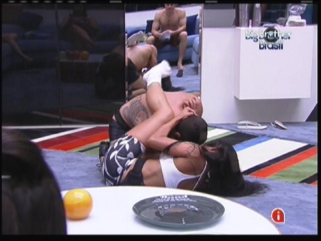 Yuri e Kelly lutam na sala após serem trancados na casa para manutenção externa da produção (12/1/2012)