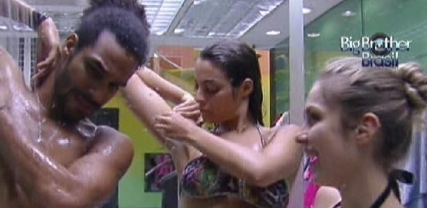 Daniel, Monique e Renata entram juntos no chuveiro