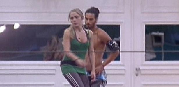 Enquanto praticavam a corda bamba, Daniel pediu um beijo para Renata, que recusou (13/1/12)