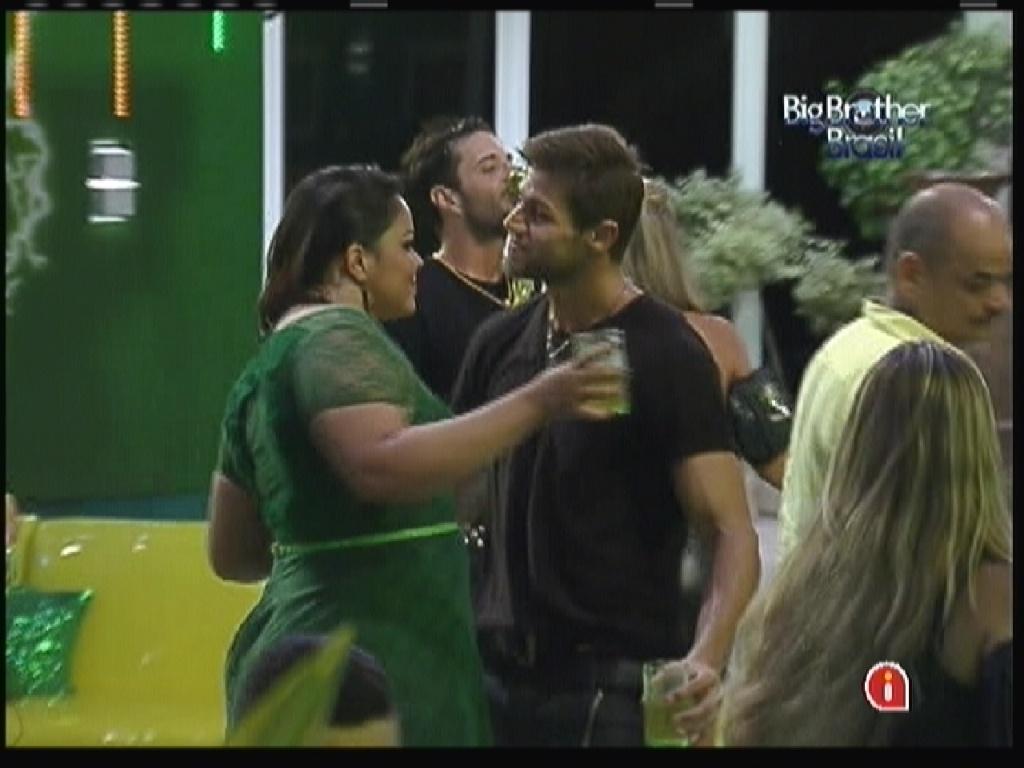 Analice e Jonas dançam no começo da festa (14/1/12)