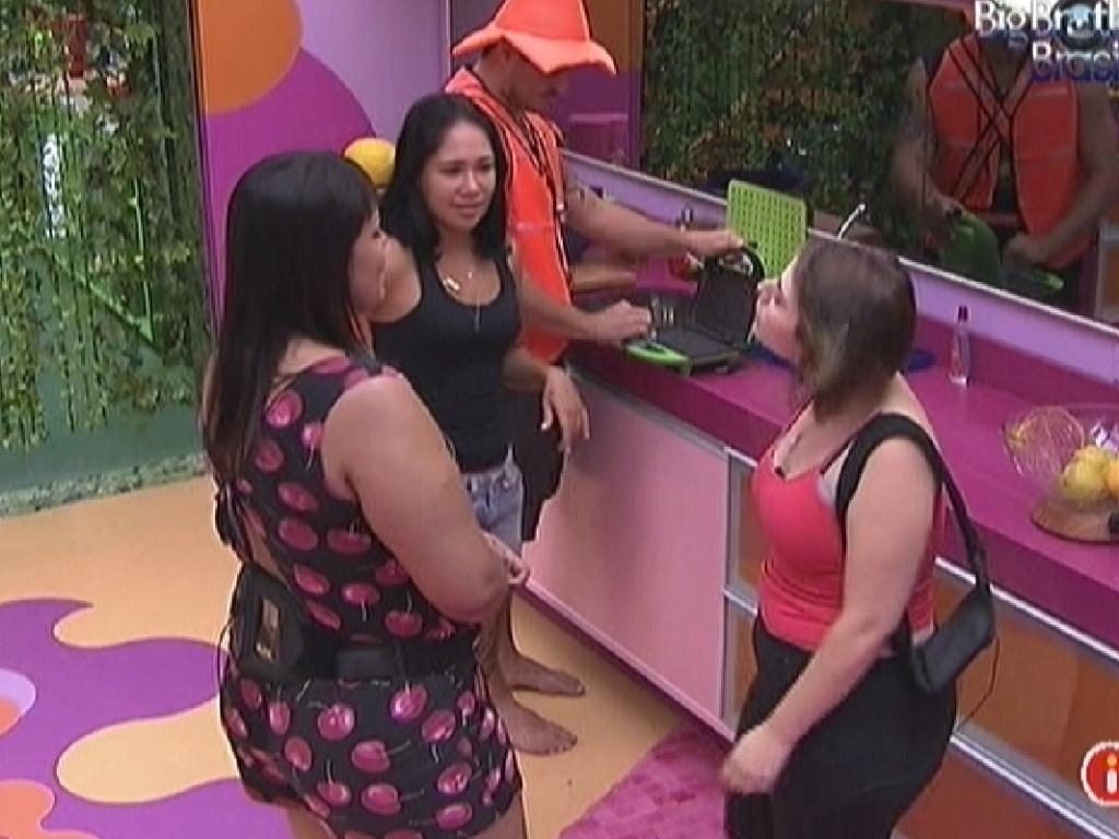 Analice (esq.), Jakeline, Rafa e Mayara conversam na cozinha (14/1/12)