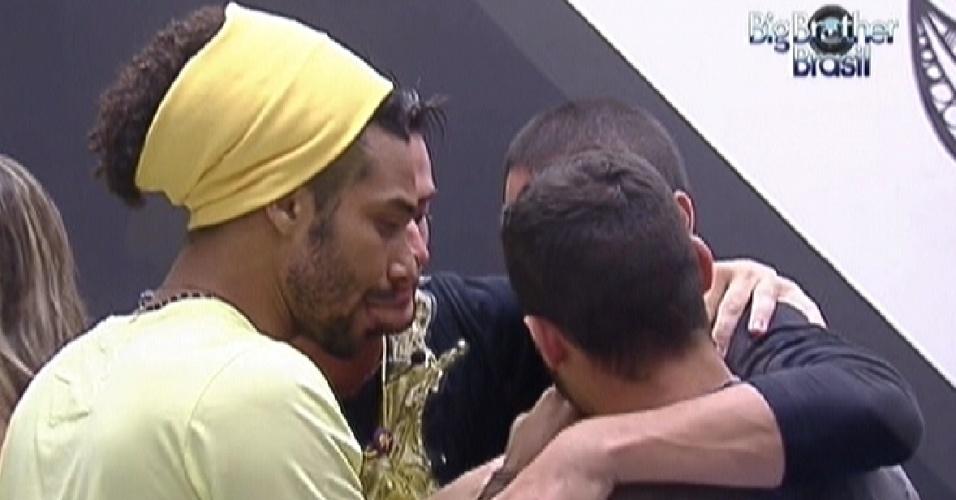 Daniel (de amarelo), Yuri ( de costas), Rafa e Ronaldo se abraçam antes da festa (14/1/12)