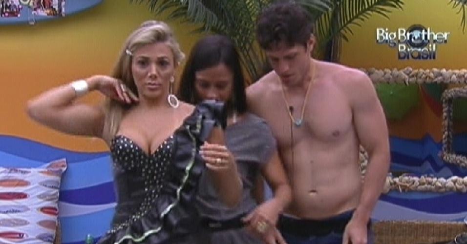 Fabiana (esq.), Kelly (centro) e João Maurício começam a se arrumar para festa deste sábado (14/1/12)