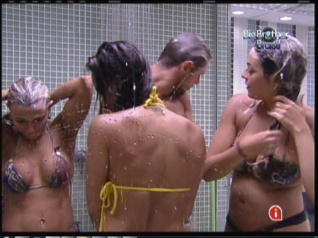 Fabiana (esq.), Kelly (de costas), Jonas e Monique (dir.) tomam banho e cantam músicas após piscina (14/1/12)