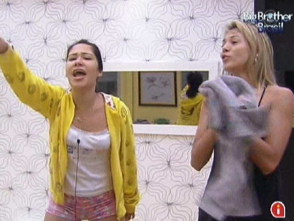 Jakeline (esq.) e Fabiana se empolgam ao som de Pitty (14/1/12)
