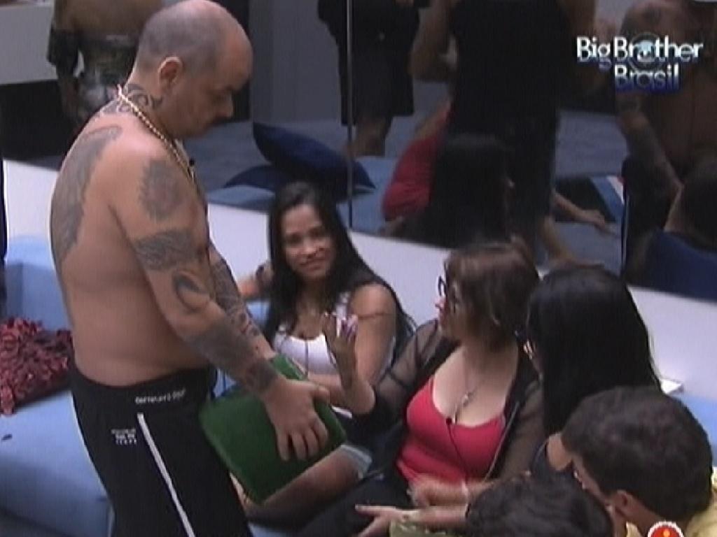 João Carvalho faz o sorteio que definiu os participantes da prova do anjo (14/1/12)