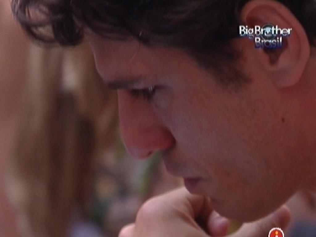 João Maurício se emociona ao ler carta