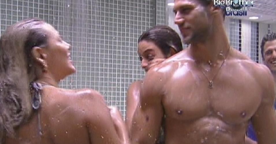 Jonas toma banho e conversa com outros brothers (14/1/12)