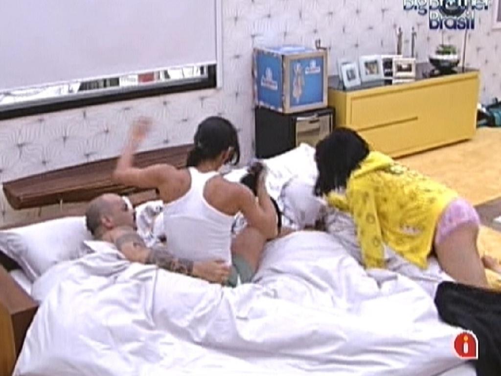 Kelly (esq.) e Jakeline pulam na cama de João Carvalho (14/1/12)