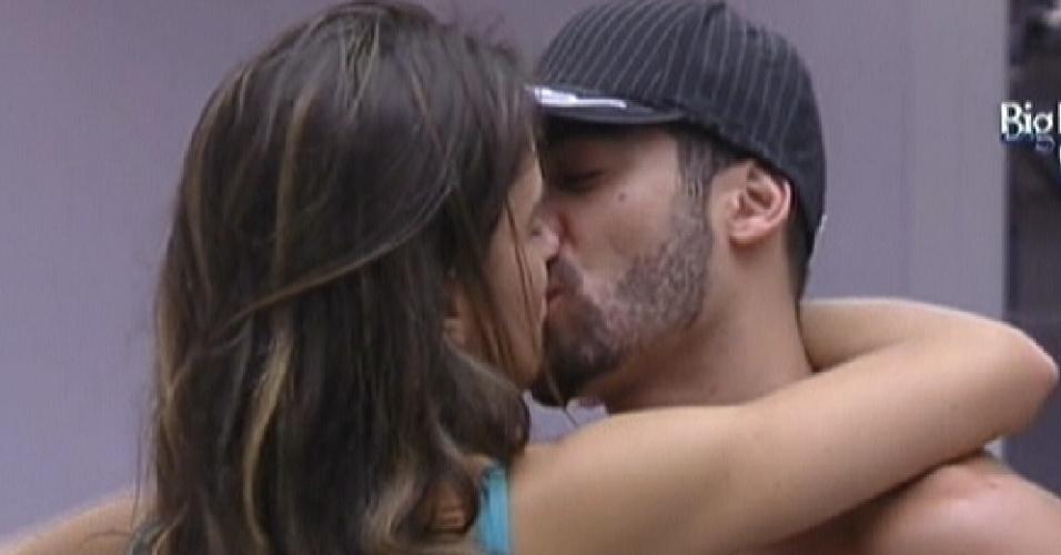 Laisa (esq.) e Yuri se beijam (14/1/12)
