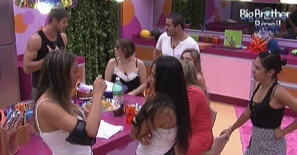 Participantes conversam na cozinha