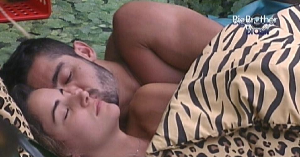 Yuri e Laisa conversam, trocam chamegos e dormem de conchinha no quarto floresta (14/1/12)
