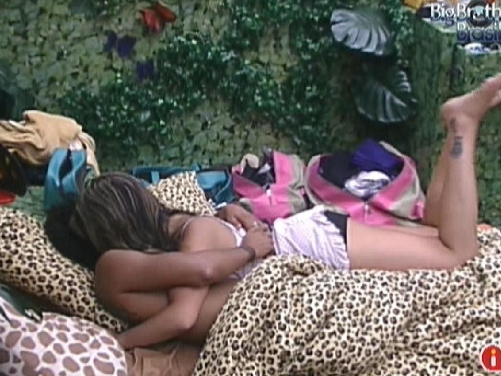 Após passar a noite com Monique debaixo do edredon, Daniel recebe um abraço e um beijo carinhoso da sister na manhã seguinte da festa (15/1/12)