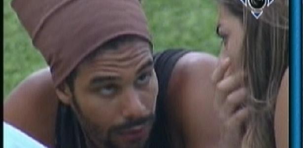 Daniel e Monique conversam na varanda