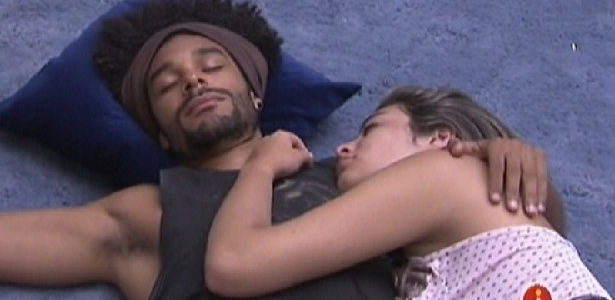 Daniel e Monique descansam no chão da sala depois do café (15/1/12)