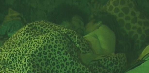 Daniel e Monique namoram sob edredom após festa (15/1/12)