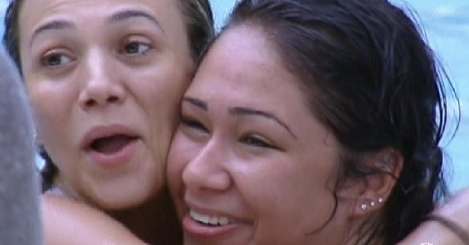 Fabiana e Jakeline pulam na piscina para acordar (15/1/12)