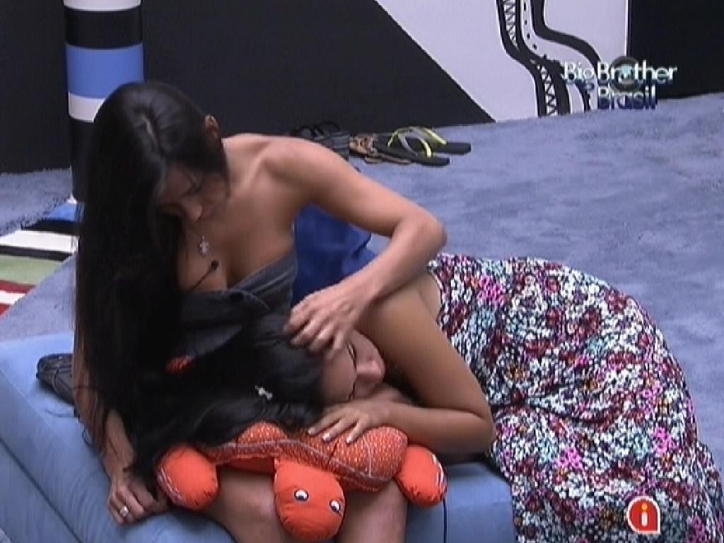 Jakeline recebe carinho de Kelly enquanto sisters aguardam começo do programa ao vivo (15/1/12)