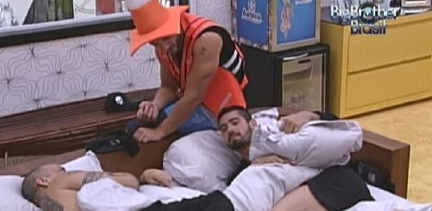João Carvalho (esq.) desabafa com Yuri (dir) sobre possível empate na votação para o paredão (15/1/12)