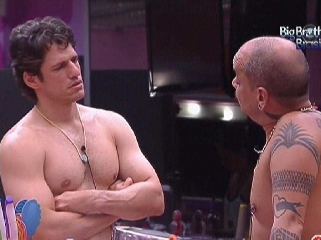 João Maurício e João Carvalho conversam na cozinha enquanto líder começa preparar o almoço (15/1/12)