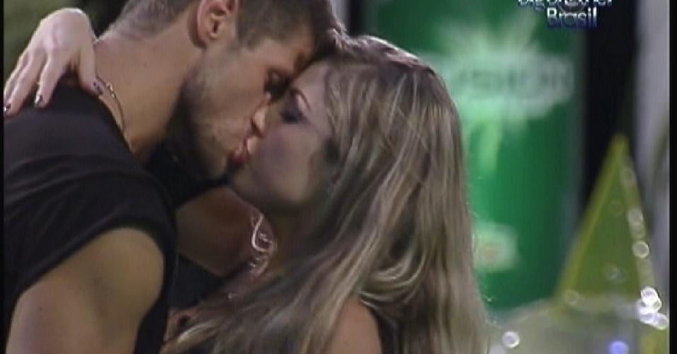 Jonas e Renata se beijam na pista de dança(14/01/12)