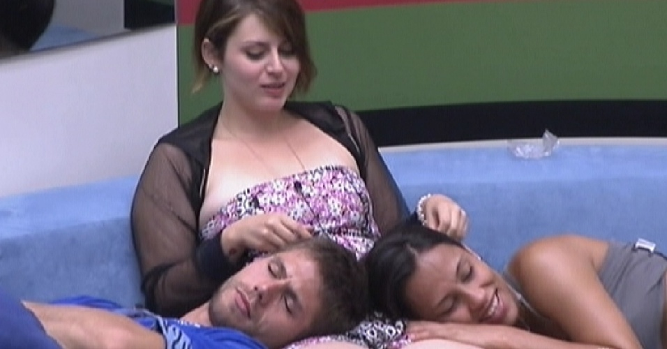 Mayara (centro) faz carinho em Jonas e Kelly no sofá (15/1/12)