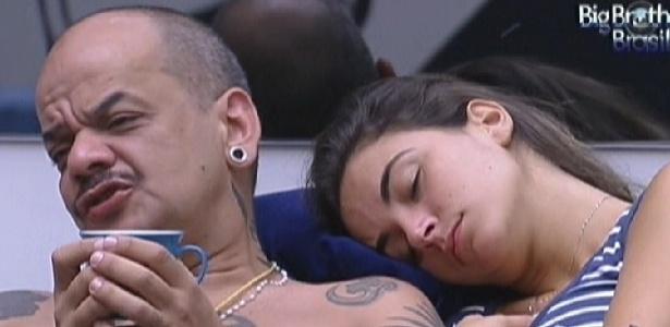 O líder João Carvalho toma café ao lado de Laisa que descansa no sofá (15/1/12)