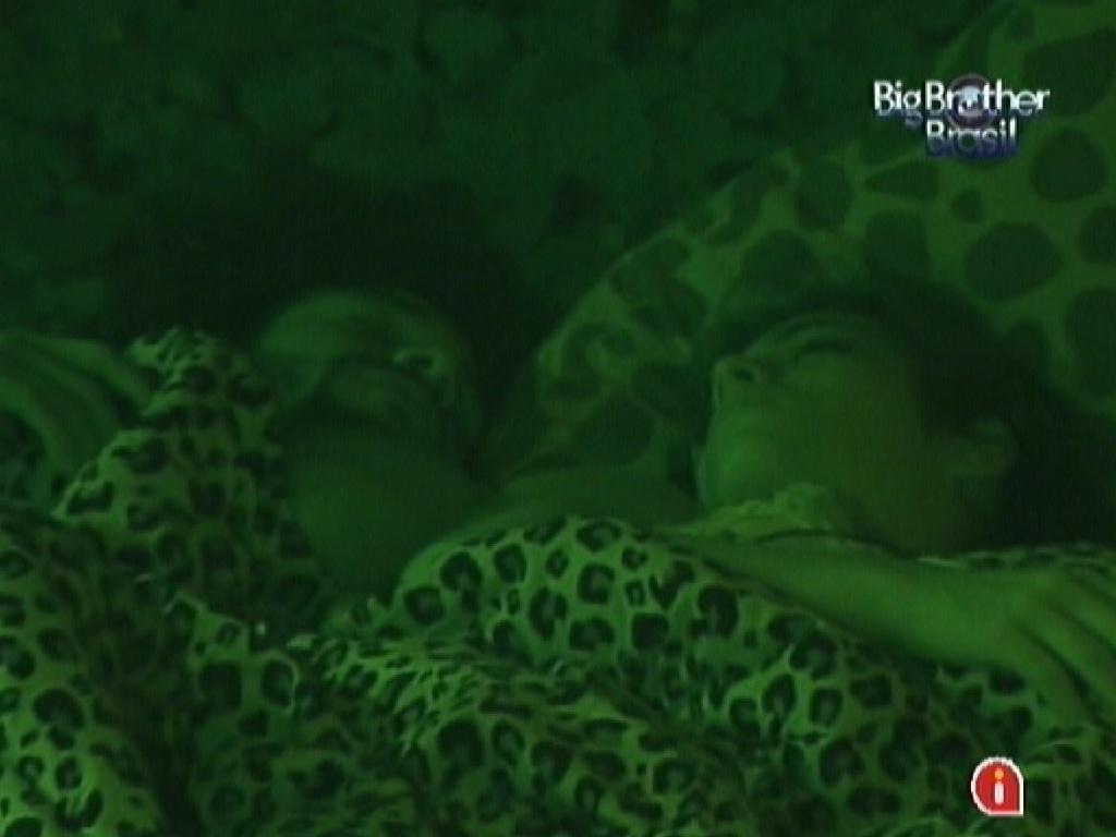 Participantes ainda dormem após a festa