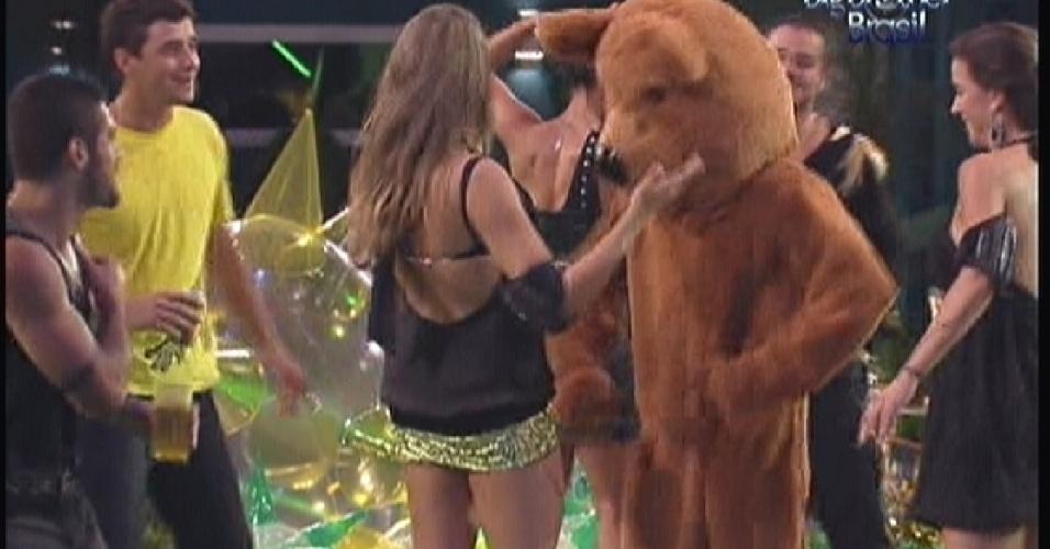 Urso misterioso dança em festa(14/01/12)
