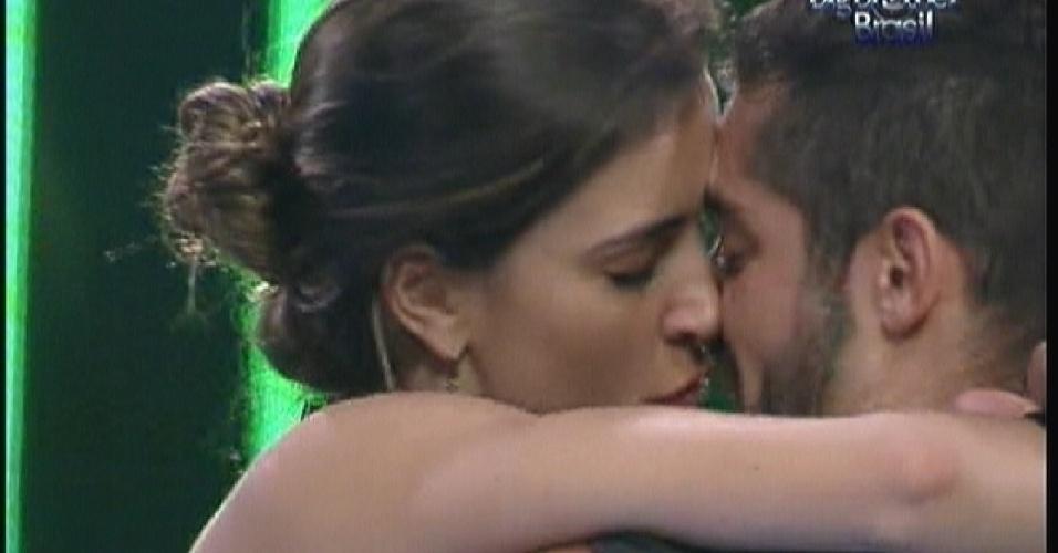 Yuri e Laisa trocam beijos(14/01/12)