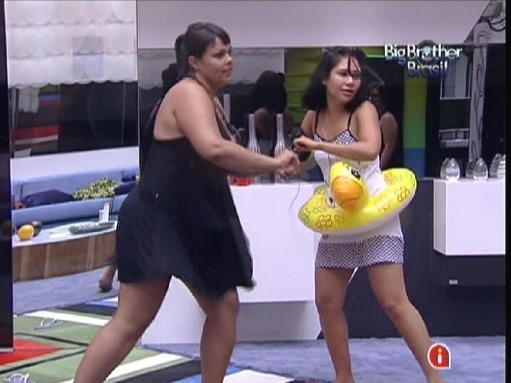 Analice (esq.) e Jakeline (dir.) dançam na sala enquanto Monique está no confessionário (16/1/12)
