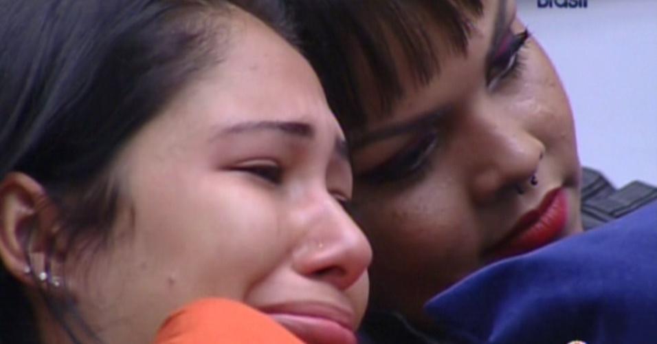 Jakeline (esq) e Analice (dir) choram após formação de paredão (15/1/12)