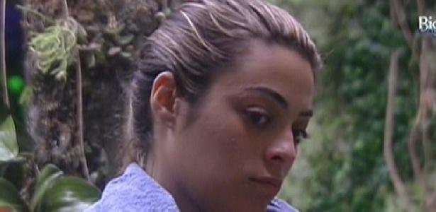 Com semblante sério, Monique volta do confessionário e conversa com Renata (16/1/11)