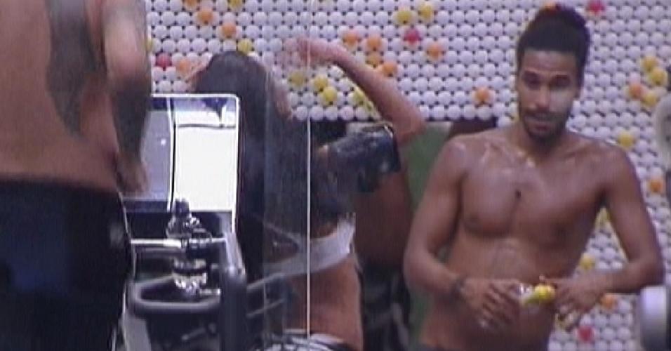 Enquanto Monique continua no confessionário, Daniel (direita) descansa após malhar na academia (16/1/12)