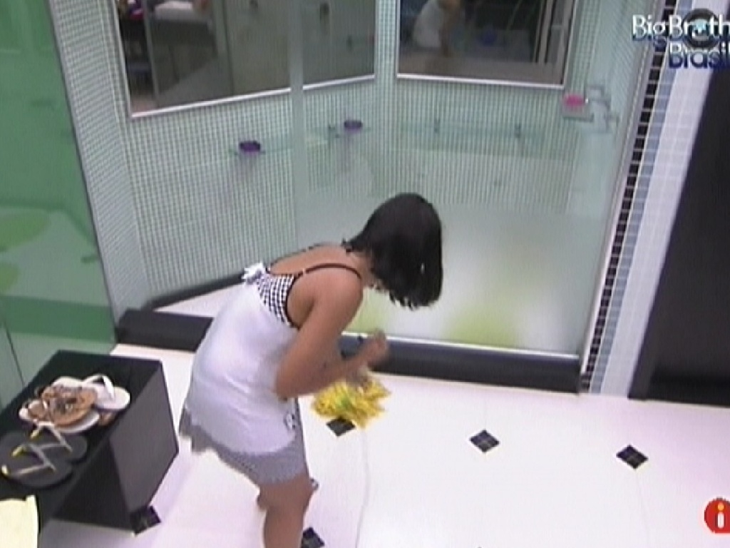 Jakeline limpa p banheiro equanto almoço é preparado (16/1/12)