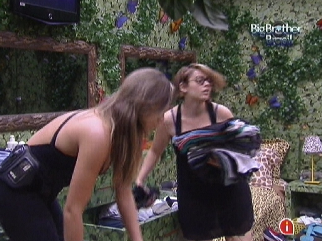 Monique e Mayara retiram sua roupas do quarto floresta (16/1/12)