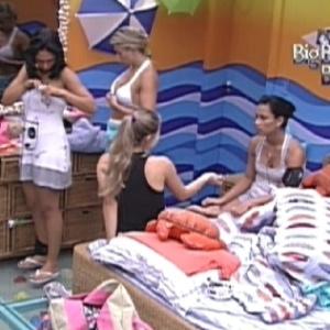 Sisters conversam sobre paredão no quarto praia (16/1/12)