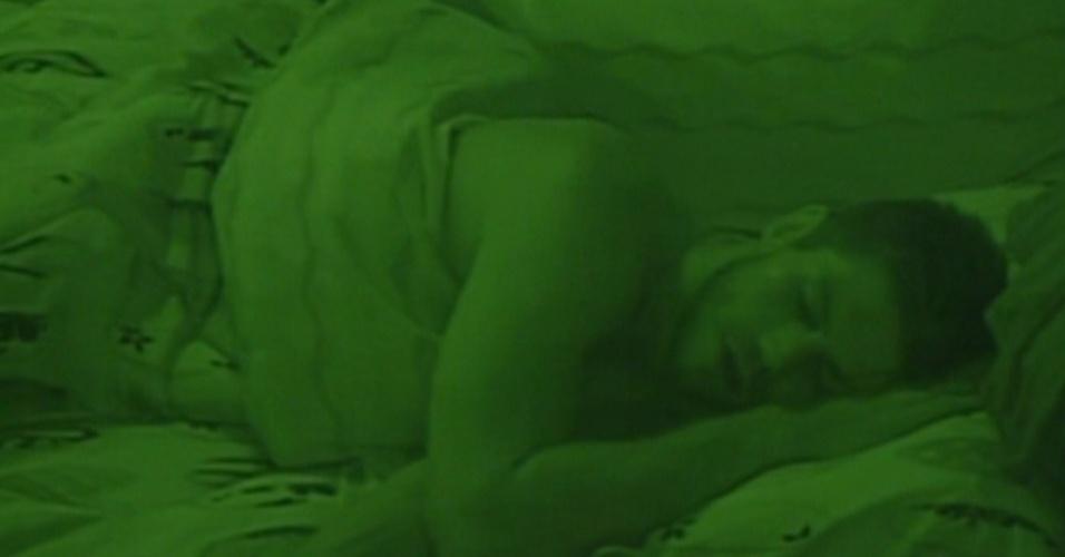 Jonas dorme sozinho na cama (16/1/12)