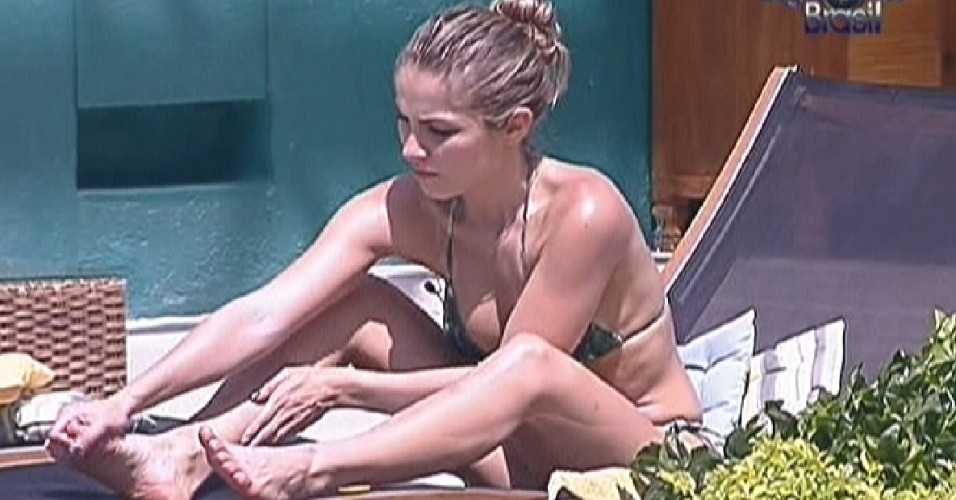 Renata aproveita a tarde de sol na piscina (17/1/12)