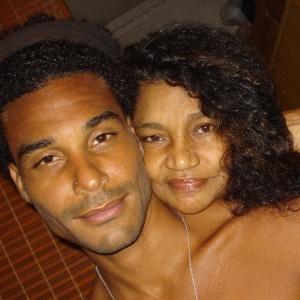 Daniel e sua mãe, Aparecida Echaniz, em foto publicada no blog do participante (16/1/12)