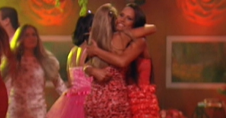 Fabiana e Kelly se abraçam no início da festa Rosas (18/1/12)