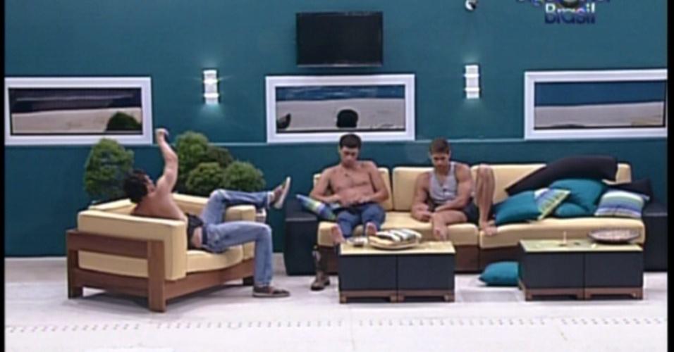 Jonas, Fael e João Maurício conversam na parte externa da casa (17/1/12)