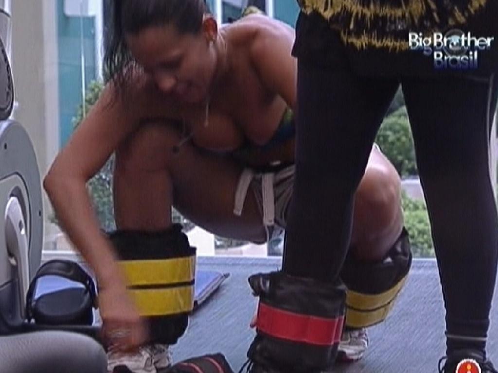 Kelly coloca caneleiras nas pernas de Mayara (18/1/12)