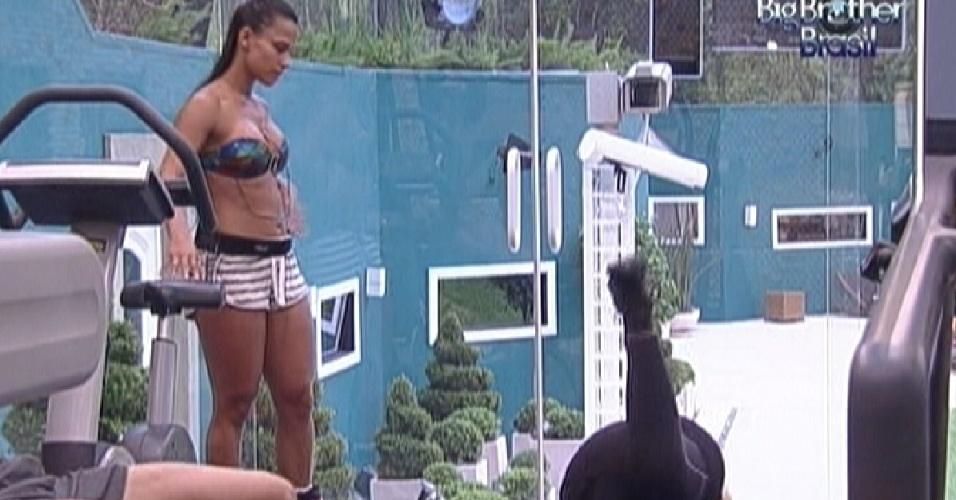 Kelly ensina Mayara a exercitar os glúteos (18/1/12)