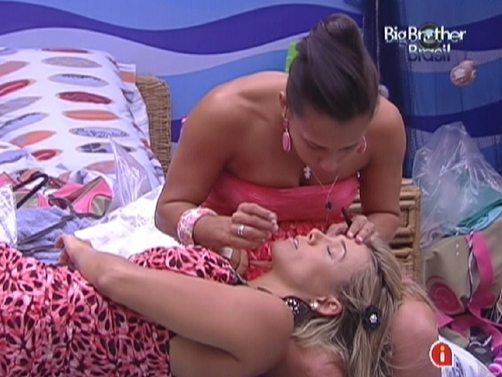 Kelly faz a maquiagem de Fabiana