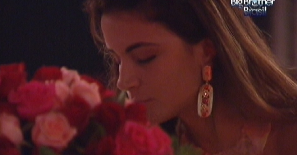 Laisa cheira as flores da festa Rosas (18/1/12)