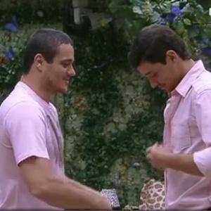 Rafa ajuda Fael a se vestir para a festa Rosas (18/1/12)
